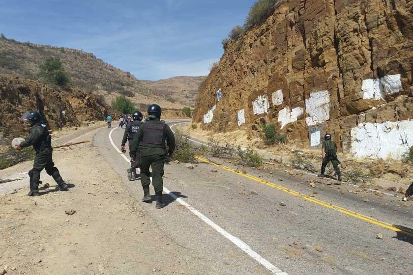 TENSIÓN Y CHOQUE. El desbloqueo después del enfrentamiento entre policías y transportistas en la ruta a Alcantarí.