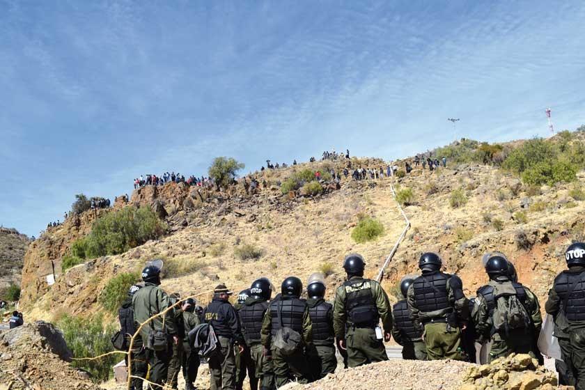 INTERVENCIÓN. Los efectivos de la Policía en apronte antes de comenzar la gasificación en Lonqhon y despejar...