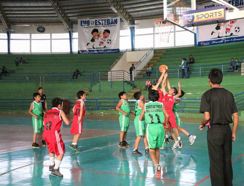 Los partidos de básquetbol se desarrollan en el coliseo JRA.