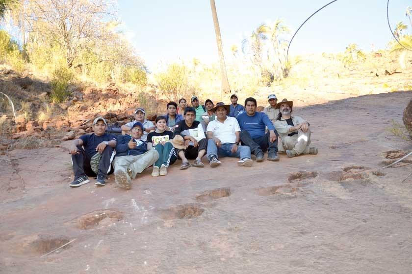 RASTROS. La comitiva que viajó junto con el palentológo argentino Sebastián Apesteguía.