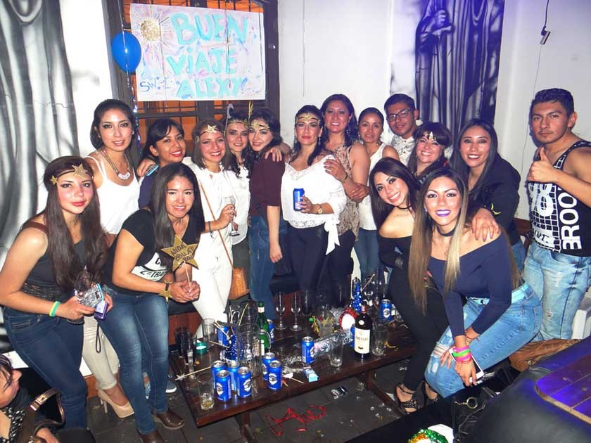 Las amigas de Alejandra López le hicieron su fiesta de despedida.
