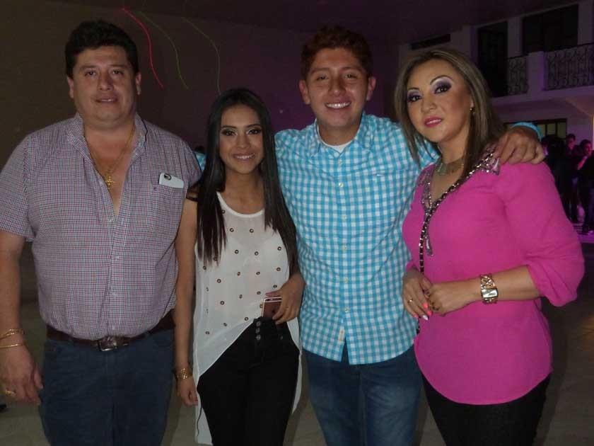 Alejandro junto a sus padres, Jaime López, Jaqueline Barrero, y a su hermana Jaqueline.