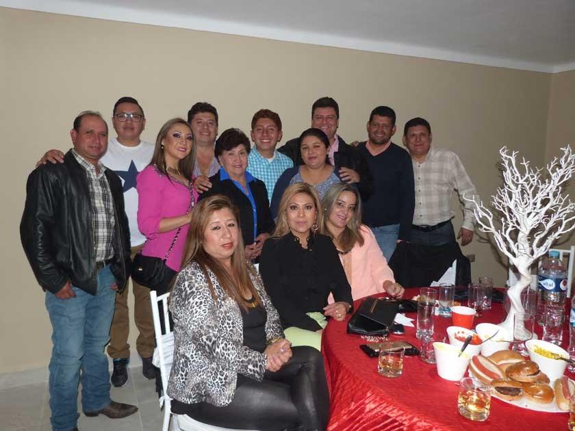 Alejandro posa al lado de su abuelita, Norah Villagomez Vda. de Barrero y toda su familia.