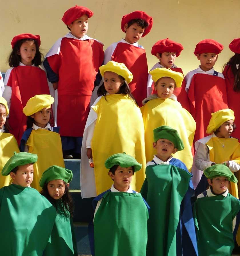 Instantáneas tomadas durante el acto mientras los niños entonaban cánticos patrióticos .