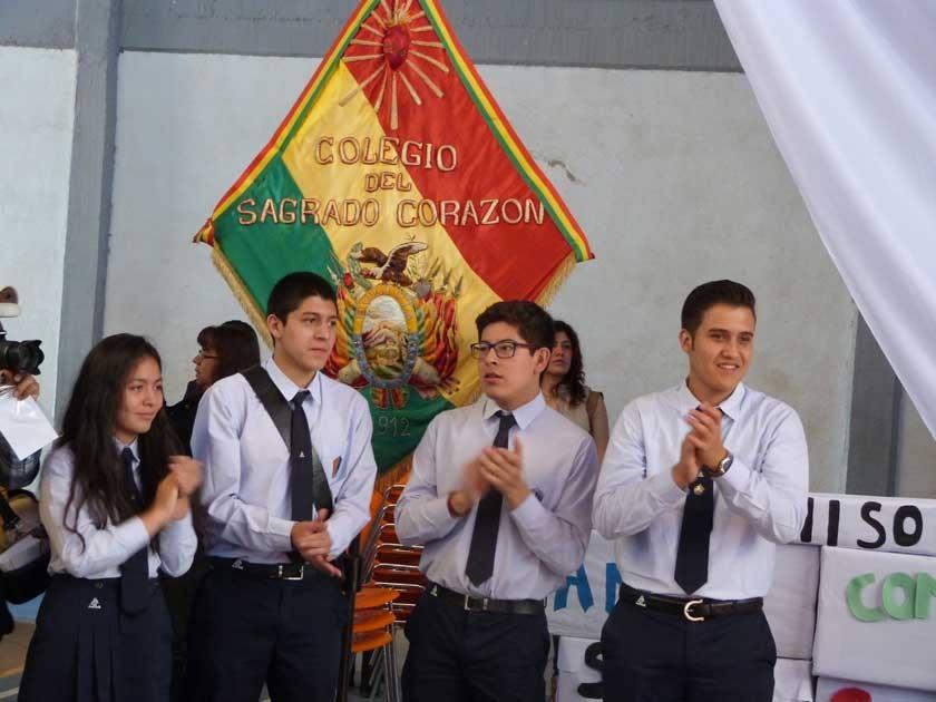 Los actuales cuatro mejores alumnos del Colegio Sagrado Corazón, resguardando el estandarte que ha ido pasando de genera