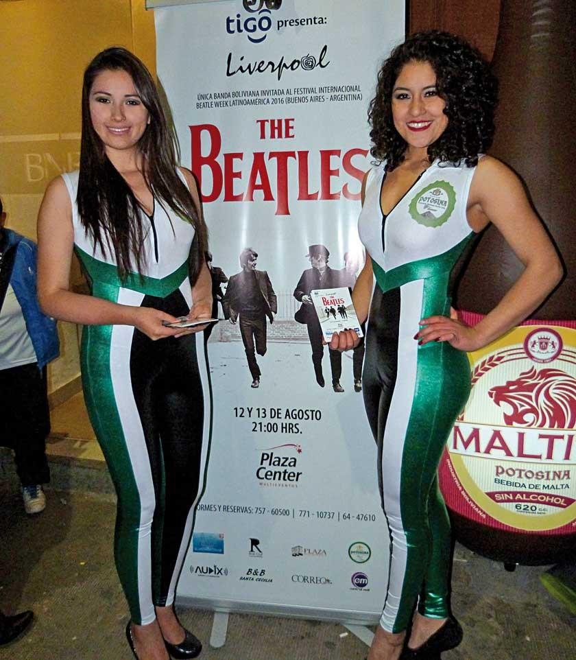 Nicole León y Alejandra Rico, modelos de Potosina, auspiciador del evento.