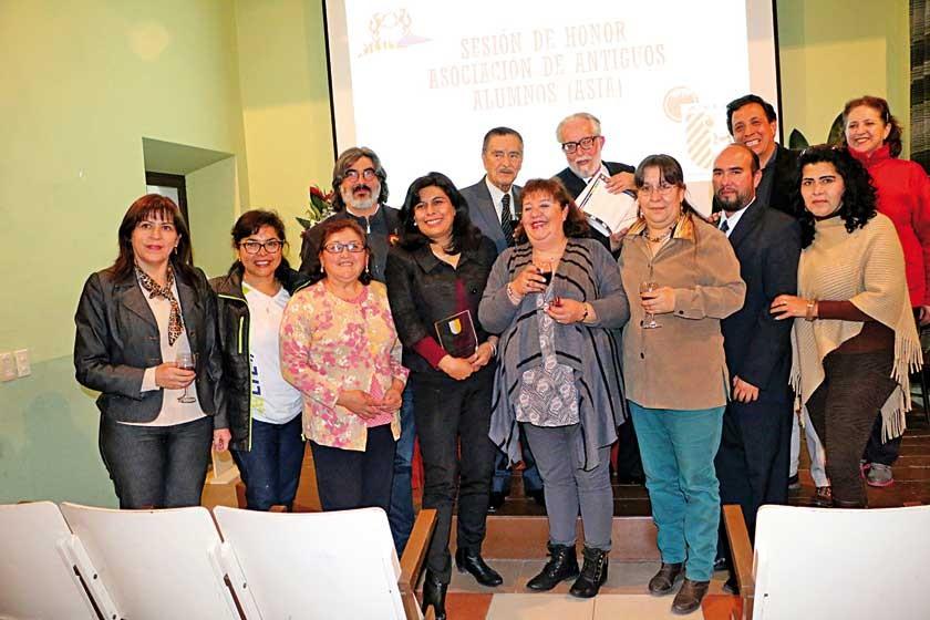 Asistentes al acto de distinción organizado por ASIA, la asociación de ex alumnos del colegio ignaciano.