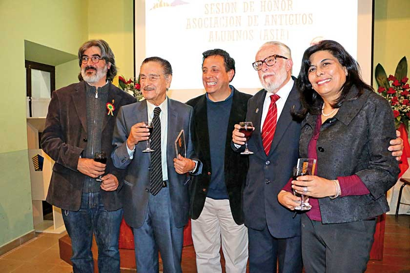 Los homenajeados posan junto al director del establecimiento, Arturo Moscoso, al centro. De izquierda a derecha Bernardo