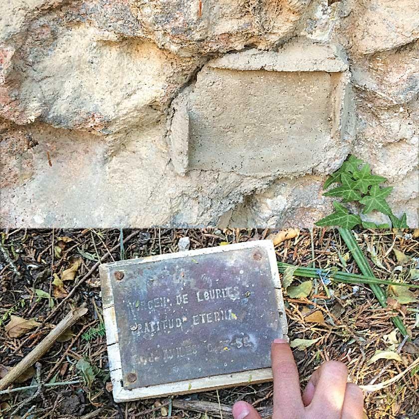 Arriba, el lugar dejado en la pared por la plaqueta que en la visita de ECOS a la gruta se encontraba en el piso.