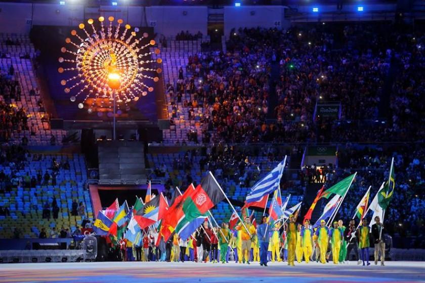 Los abanderados que participaron de la ceremonia de cierre de los JJOO. FOTO: EFE
