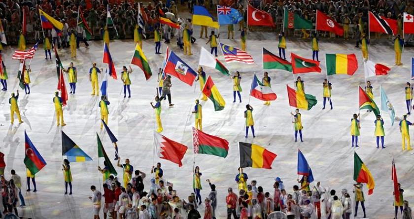 Los deportistas también fueron una parte importante del colorido cierre. FOTO: EFE