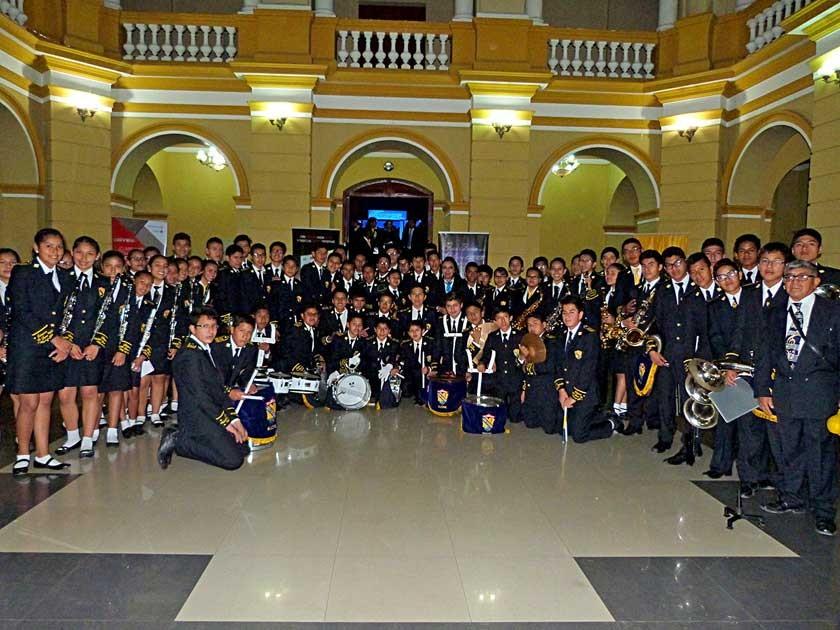La poderosa banda del Colegio Don Bosco acompañó la distinción a su colegio.