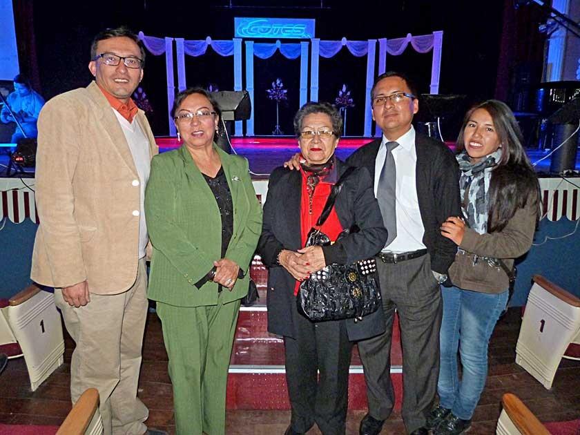 La pintora Consuelo Sanz, segunda de la izquierda, asistió al evento acompañada de su familia, entre ellos Álvaro M.