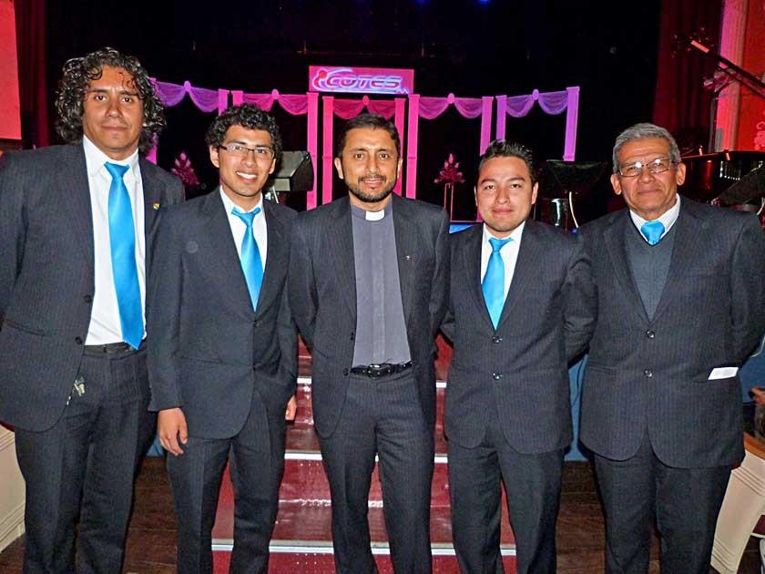 El director y maestros del Colegio Don Bosco. Daniel Carazas, Daniel Zelaya, Luis Flores, Raúl Pozo y Jorge Torres.