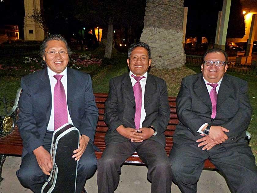 Miembros de la Estudiantina La Plata que también fue reconocida. El director Luis Cruz, junto a Wilfredo Fernández e Ivá