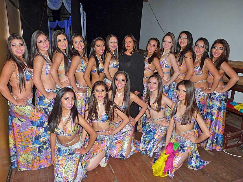 Amparo Silva, apasionada del arte de la danza posa junto a sus alumnas que acompañaron a su maestra
