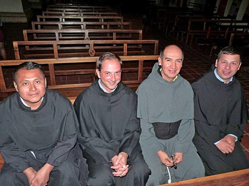 Sacerdotes franciscanos entre el público, Antolin Ramos, Enzo Galle, Ronald Armijo y Teofil Ciuches.
