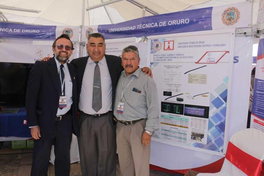 GANADORES. Los investigadores de la UTO y el rector Eduardo Rivero en la premiación