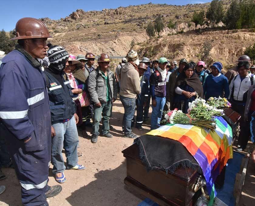 Mineros. El velatorio del cuerpo de su compañero en Sayari (Cochabamba).