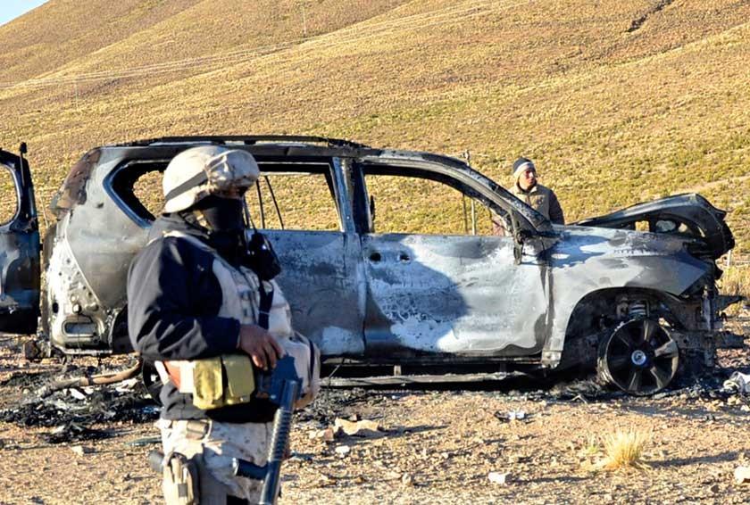 QUEMADO. El vehículo del Viceministro tras el ataque.