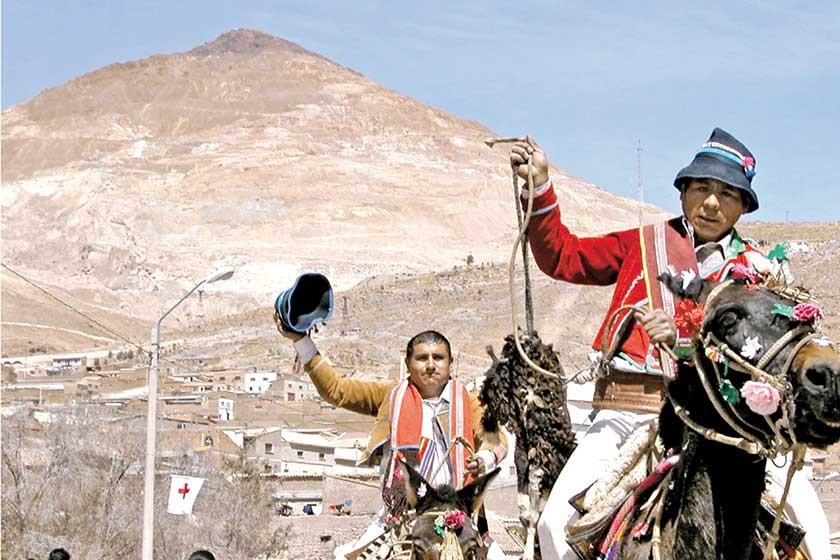 TRADICIÓN. Jinetes que participan en una de las entradas folclóricas de esta festividad que cada año