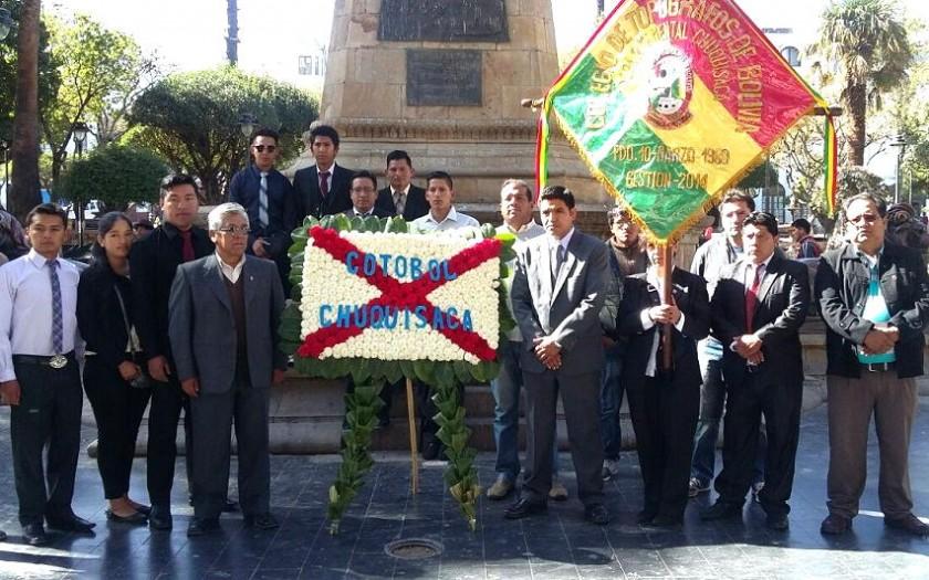 Los topógrafos en la ofrenda floral en la plaza 25 de Mayo. Foto: Gentileza
