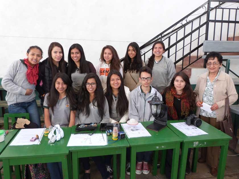 Junto a la maestra Rosario Berdecio chicas de 5to, paradas, Michelle Hurtado, Jessica García, Ángela Siñani, Dania V.