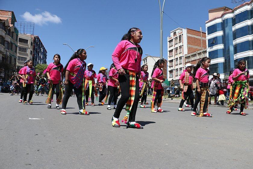 El convite de unidades educativas y grupos del área rural le dio color a la jornada en Sucre. FOTO: CORREO DEL SUR
