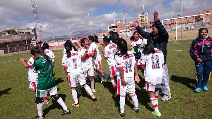 Las jugadoras del colegio Victoria Diez celebran la clasificación a la fase nacional tras un agónico triunfo por penales