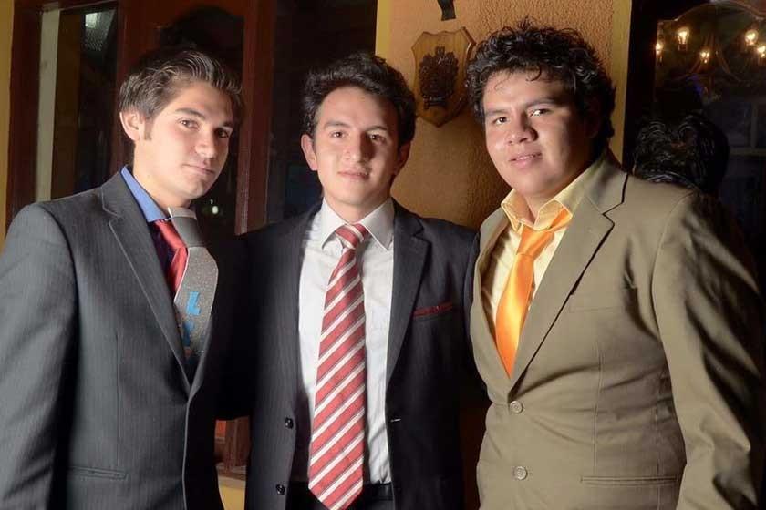 Wálter Rodríguez junto a unos amigos, en una fiesta. Ahora él prefiere evitarlas, por la tentación de los tragos