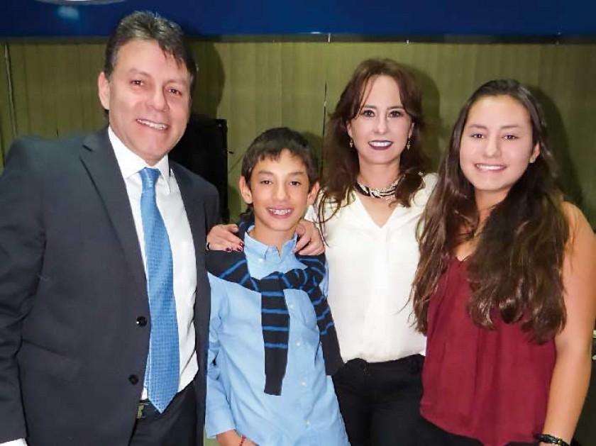 Gastón y Claudia Solares con sus hijos Santiago y Michele Solares Ballerstaedt.