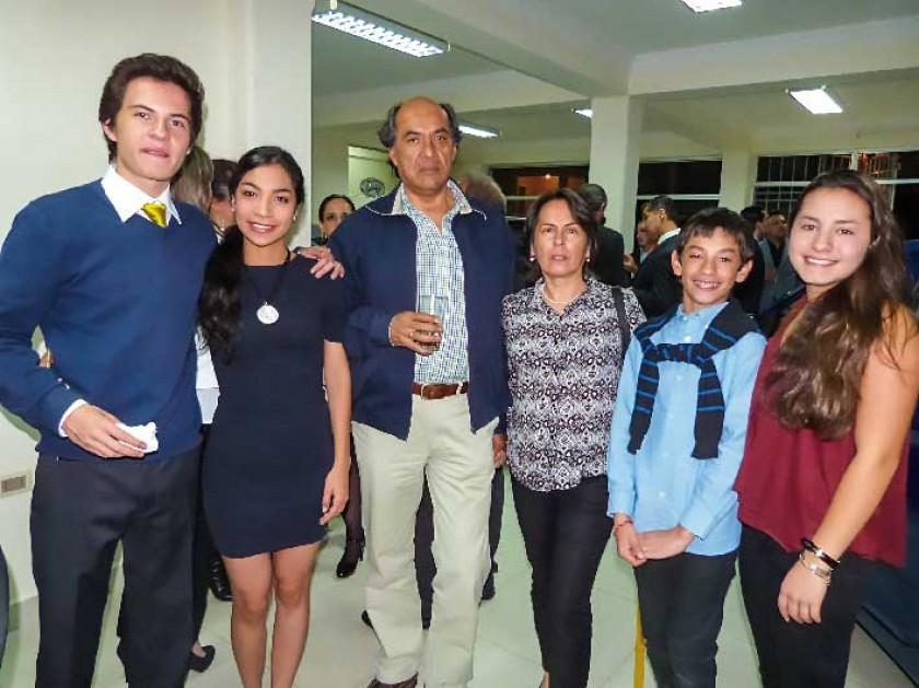 Joaquín, Camila, Edgar y Eliana Navarro, junto a sus sobrinos Santiago y Michele.