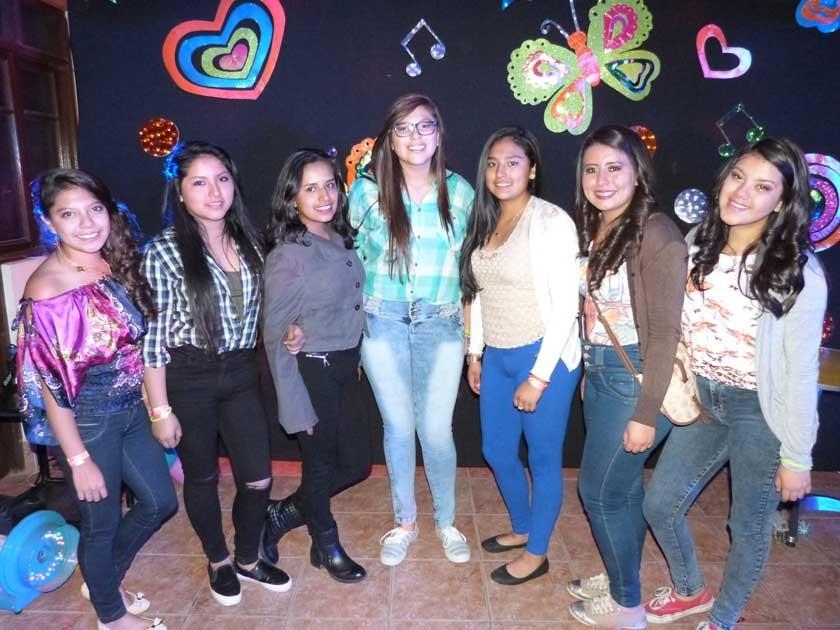 La quinceañera al centro con Gabriela, Nicole, Fernanda, Estefanía, Andrea y Valentina.