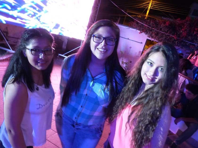 Con la pantalla gigante de fondo, posan las amigas, Valeria Flores, Belén Gutiérrez y Natalia Argandoña.