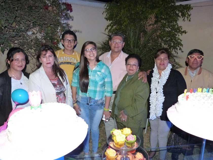 Belénz radiante, con su familia. En la foto, Nazly Pérez, Mary Serrudo, Joel Gutiérrez Serrudo, Joel Gutiérrez, María J.