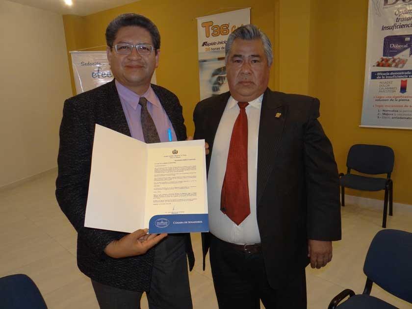 Joel Gutiérrez, presidente de la Sociedad, recibe la Declaración Camaral del Senador Jorge Ordóñez