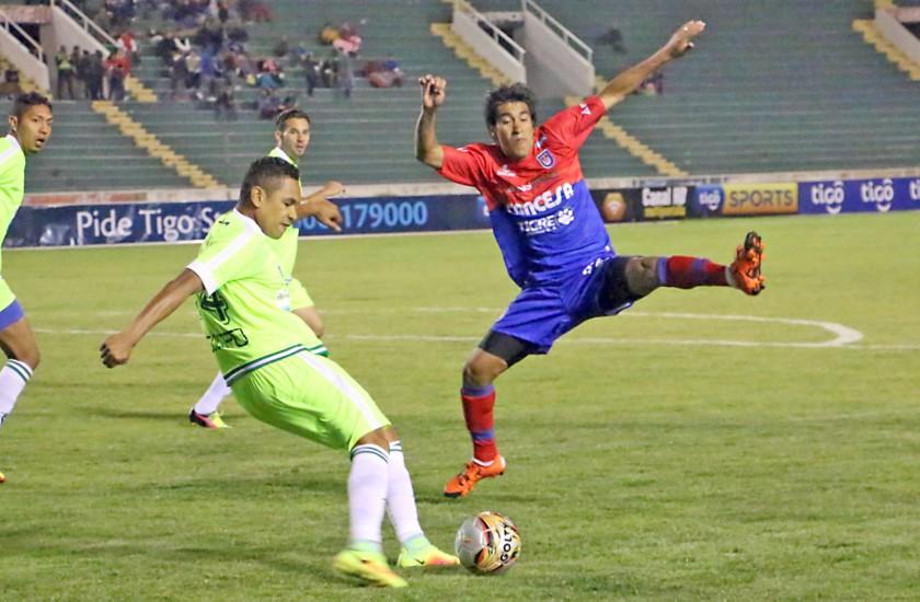 Pasajes del compromiso jugado anoche, en el estadio Patria.