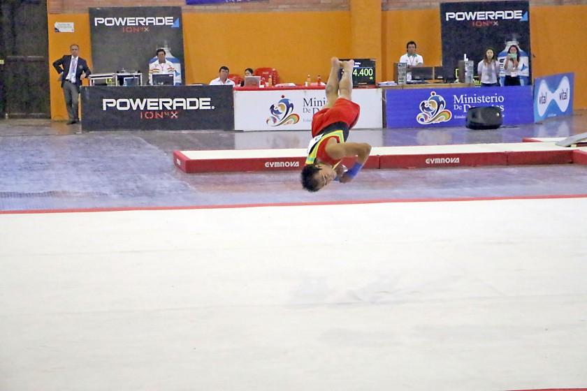 El chuquisaqueño Alejandro Chumacero cumple su rutina en piso, antes de sufrir la rotura del talón de aquiles...