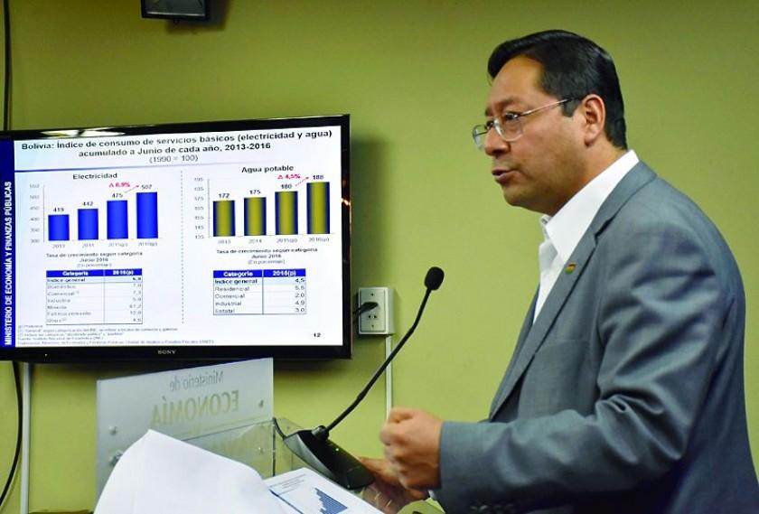 ANTE LOS MEDIOS. El ministro de Economía, Luis Arce, se refirió ayer a la situación del país.