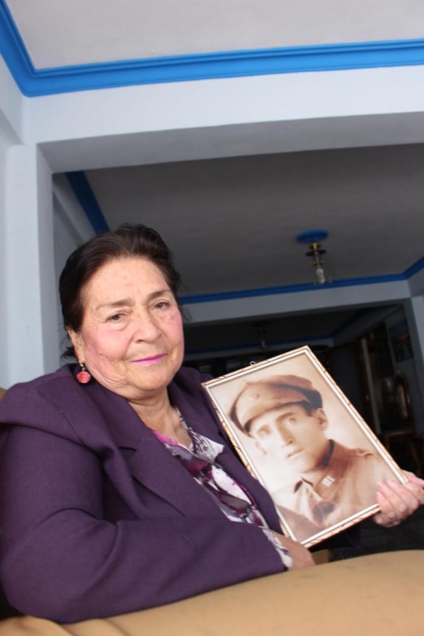 Rosario Tonelli muestra un cuadro de su padre, Nicolás.