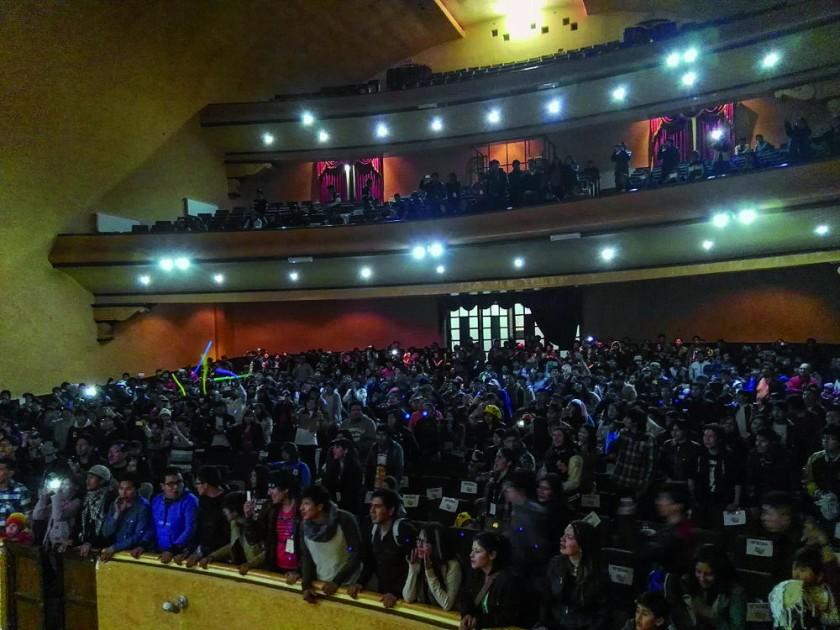 público emocionado coreó a viva voz la canción de Dragon Ball Z,