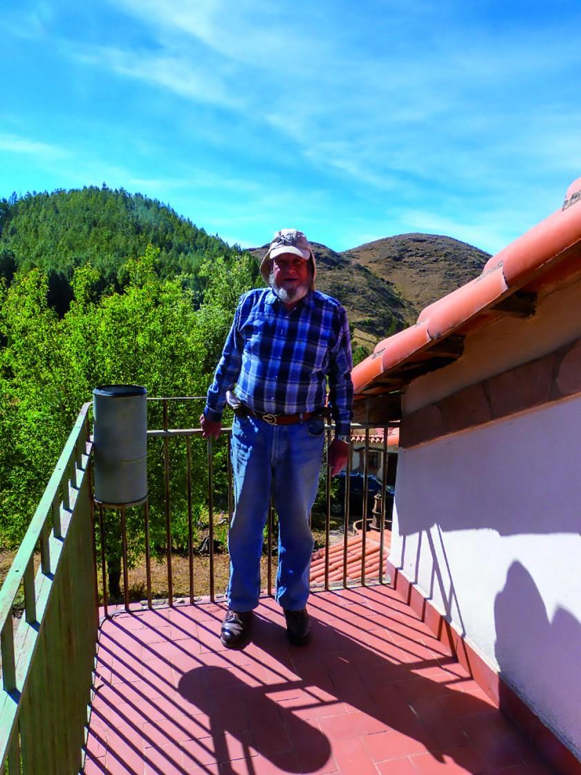 Detrás de Raúl Cagigao aparecen las tres cumbres.