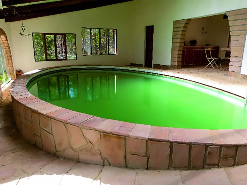 La piscina techada con agua atemperada.