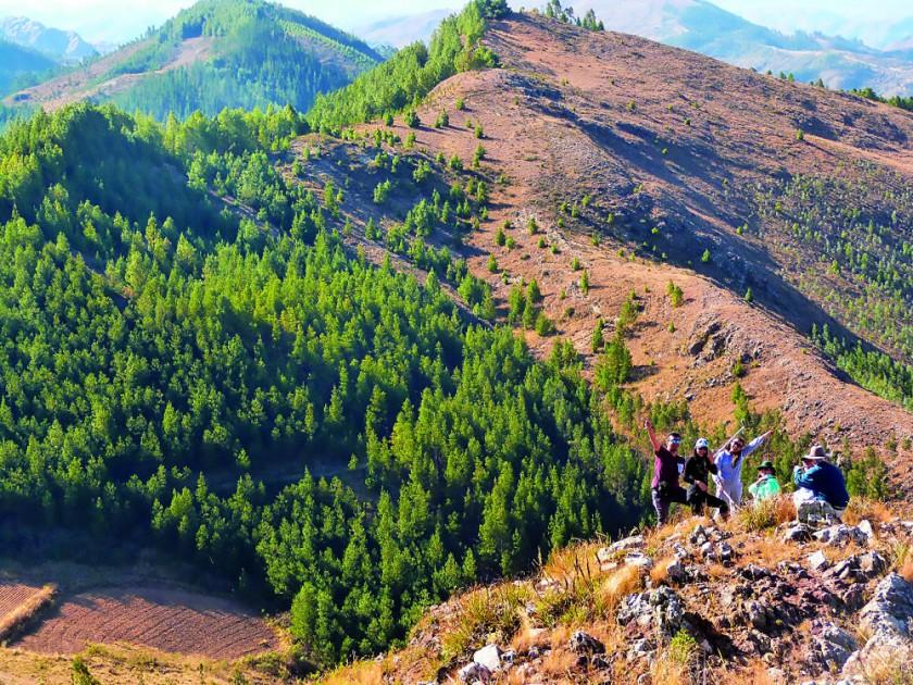 Turistas paseando por las montañas cercanas.