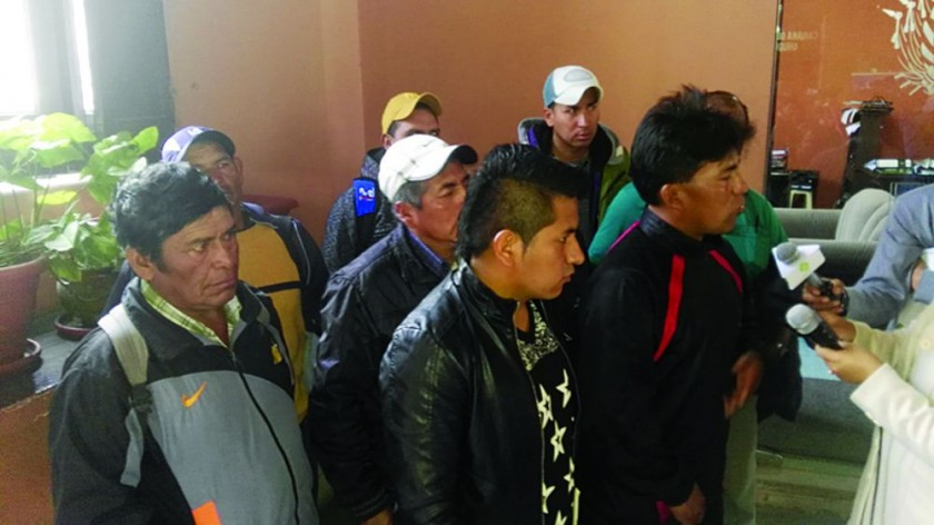 MOLESTOS. Un grupo de dirigentes del sindicato de trabajadores nacionales de la empresa china Sinohydro denuncia...