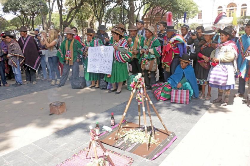 RITUAL. Los pueblos indígenas de diversas comunidades realizaron una k'oa en la plaza 25 de Mayo.