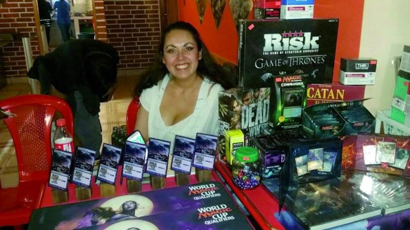 Carmen Rosa Clavijo resguarda la mesa de premios.
