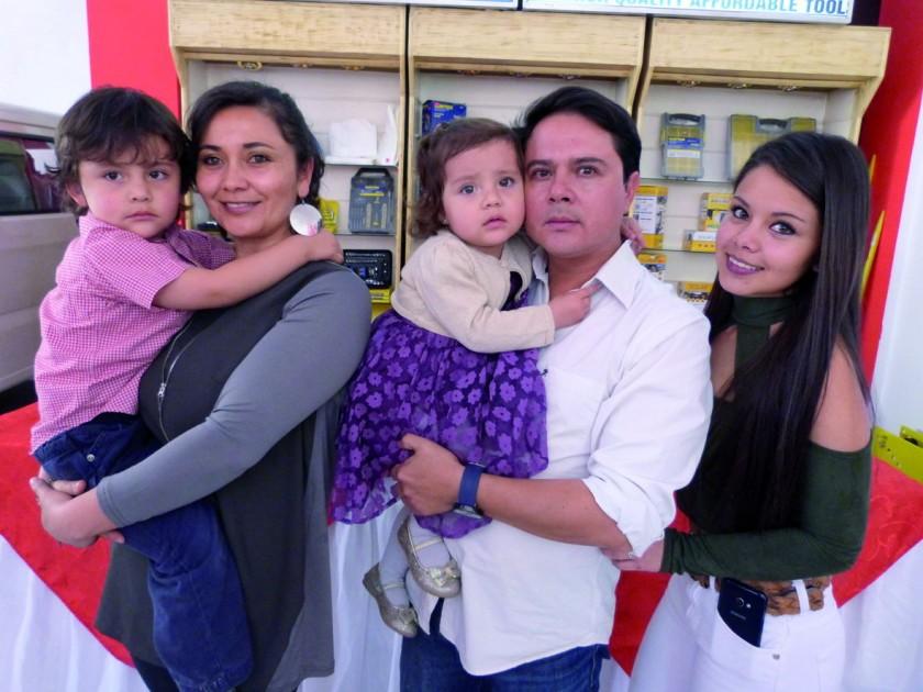 Los propietarios de CrediAuto con su familia. Ellos son Karina Matienzo  y Christian Ballesteros junto a sus hijos