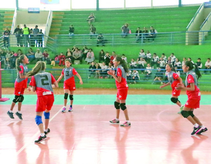 Las jugadoras del colegio Sagrado Corazón de Chuquisaca celebran la clasificación a la ronda de eliminación directa...