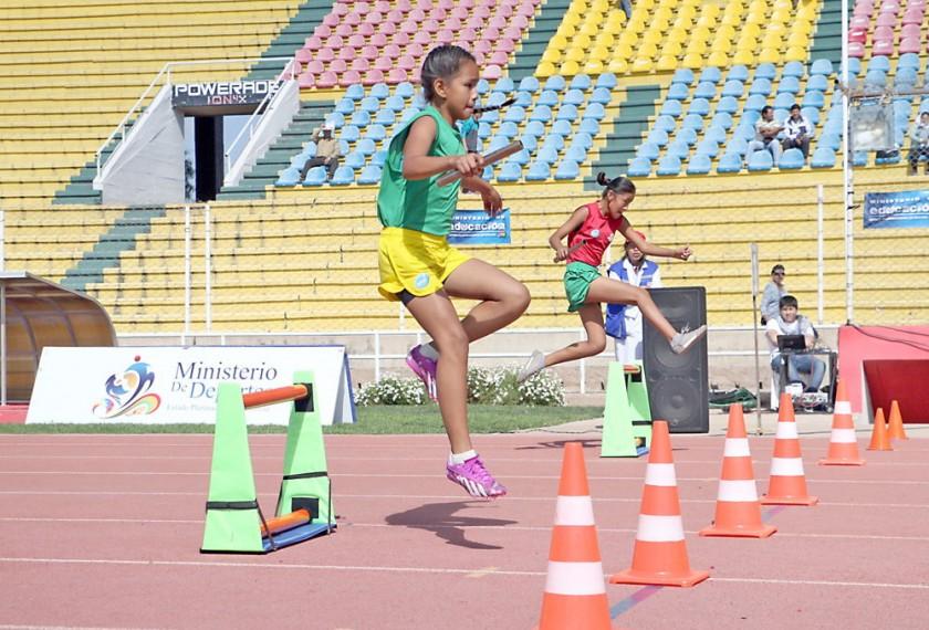 El relevo de vallas abrió la competencia de mini atletismo.